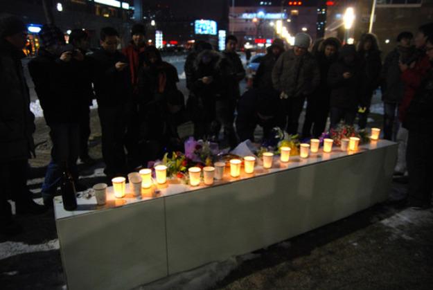 用一次性纸杯托起的烛光。有图有真相,图片由@twinimei拍摄;#GoogleCN