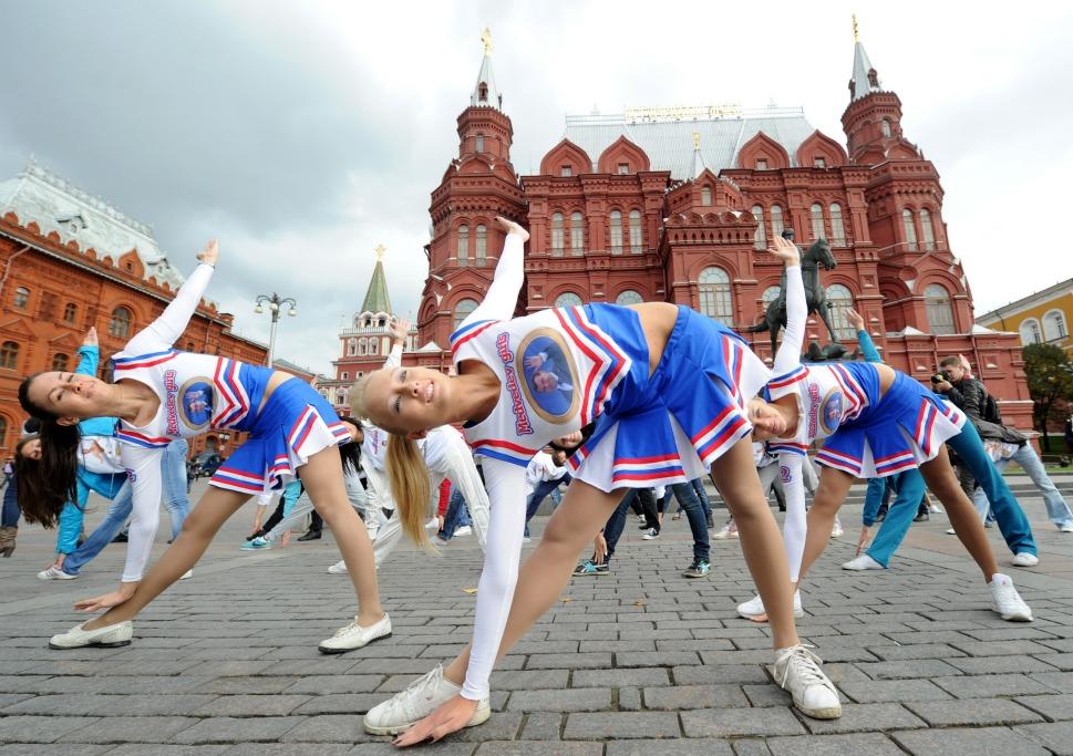 549327_110926_cheerleaders2.jpg