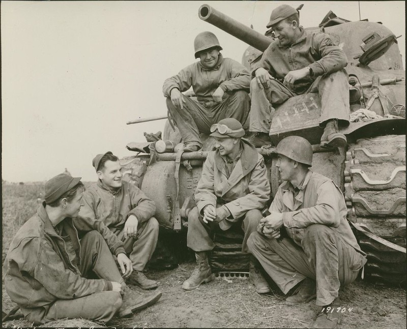 Ernie_Pyle_at_Anzio_with_the_191st_Tank_Battalion,_US_Army