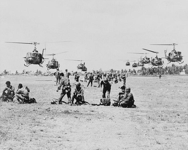 752px-US_Army_UH-1Ds_near_Saigon_1965