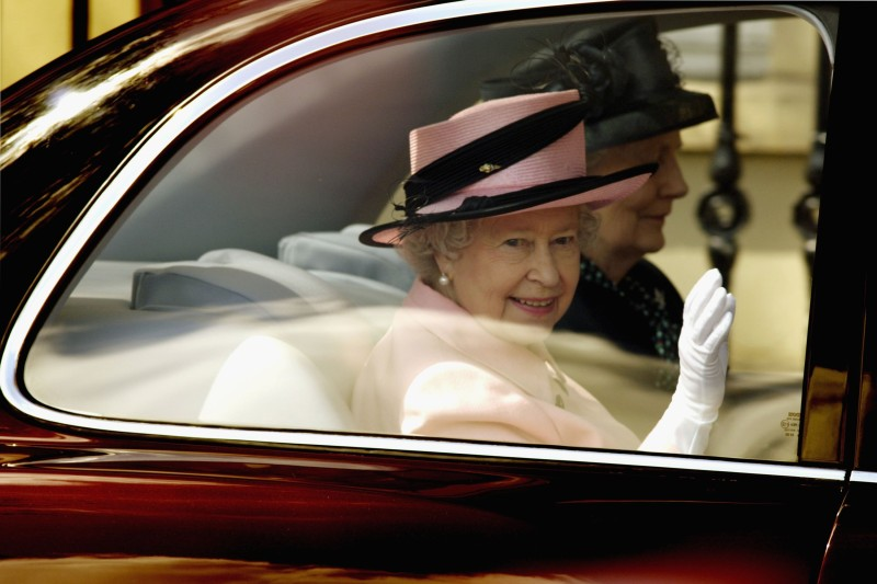 OXFORD, ENGLAND - MAY 5: HM Queen Elizabeth II waves as she departs after visiting the Oxford Dictionary of National Biography, during a one day visit to Oxford on May 5, 2006 in Oxfordshire, England. (Photo by Andrew Stuart/Getty Images)