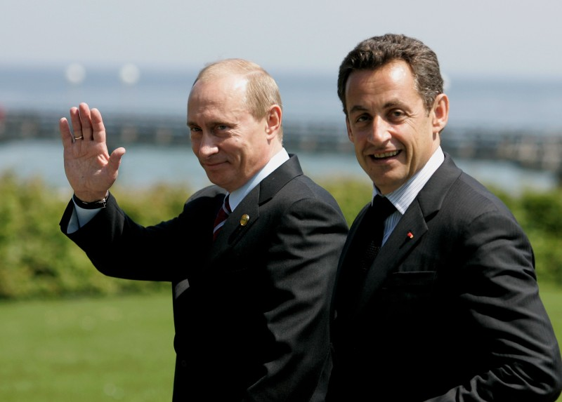 HEILIGENDAMM, GERMANY - JUNE 07:  Russian President Vladimir Putin (L) waves as he walks beside French President Nicolas Sarkozy on their way to a meeting during the first day of talks with other leaders of G8 industrialized nations at the G8 summit June 7, 2007 in Heiligendamm, Germany. The three-day summit runs from June 6-8 with talks aimed at combating climate change topping the agenda.  (Photo by Ralph Orlowski/Getty Images)
