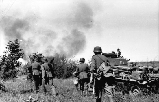 German soldiers beside a tank during World War II (German Federal Archives via Wikimedia Commons).