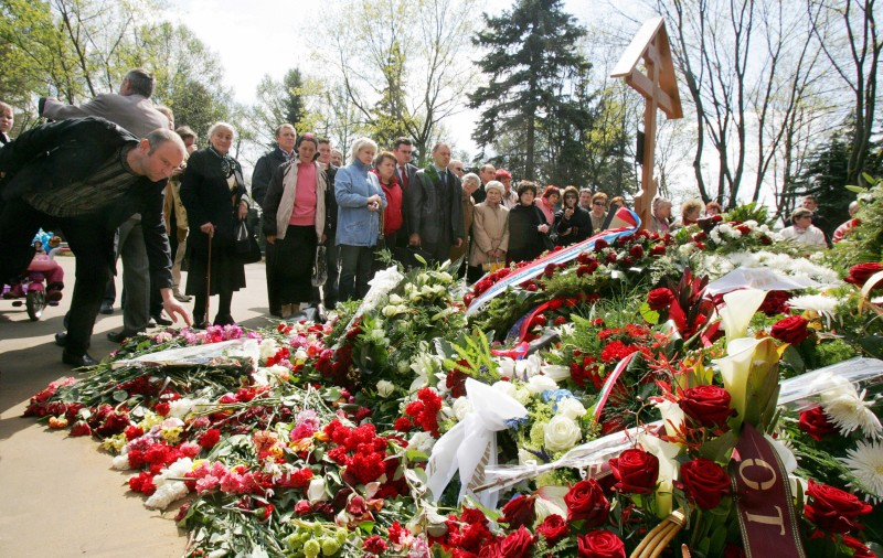 Moscow, RUSSIAN FEDERATION: People stand near the grave of Russian former President Boris Yeltsin at Novodevichie cemetery in Moscow, 26 April 2007. Russia bid a solemn farewell 25 April 2007 to Boris Yeltsin, its first post-Soviet leader, in a funeral presided over by some two dozen white-robed priests, with a crowd of dignitaries including President Vladimir Putin and two former US leaders in attendance. AFP PHOTO / VIKTOR DRACHEV (Photo credit should read VIKTOR DRACHEV/AFP/Getty Images)