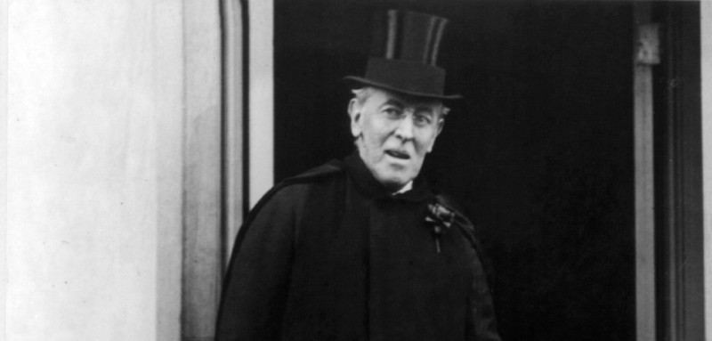 Woodrow_Wilson_with_top_hat_and_cane_cph.3b17556