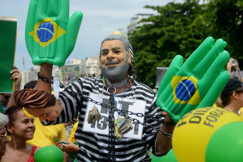 RIO DE JANEIRO, BRAZIL - MARCH 13:  A man wearing a Lula Da Silva mask is seen during a demonstration organized by Vem Pra Rua (In english: Come to the street) and Movimento Brasil Livre (In english: Free Brazil Movement) against alleged corruption by political partie PT on March 13, 2016 in Rio de Janeiro, Brazil. People ask for the detention of former President Lula Da Silva and the resignation of President Dilma Rouseff (Photo by Jorge Hely/Brazil Photo Press/LatinContent/Getty Images)
