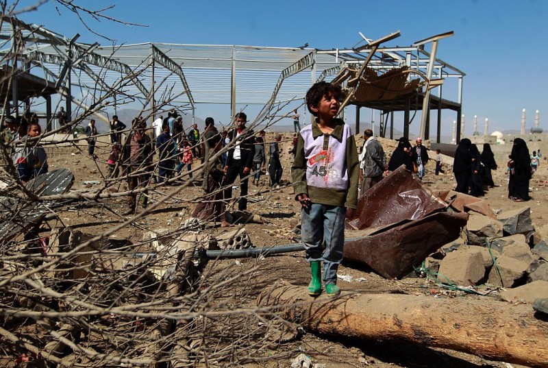 Yemenis check the ruins of buildings destroyed in an air-strike by the Saudi-led coalition on February 25, 2016 in the capital Sanaa.  / AFP / MOHAMMED HUWAIS        (Photo credit should read MOHAMMED HUWAIS/AFP/Getty Images)