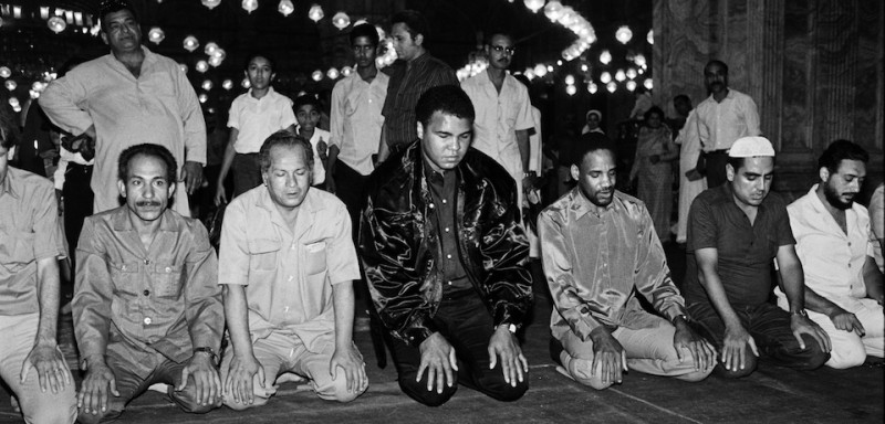 Former heavyweight world boxing champion Muhammad Ali (C) prays on October 05, 1986 at the Mosque of Muhammad Ali Pasha or Alabaster Mosque in Cairo, Egypt.        (Photo credit should read MIKE NELSON/AFP/Getty Images)