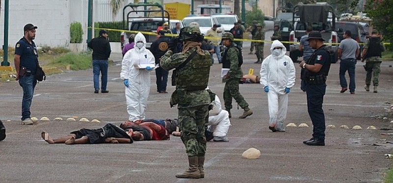Mexican soldiers and forensic personnel work at a crime scene in Nuevo Laredo, Tamaulipas State, Mexico on November 7, 2015. AFP PHOTO/Raul LLAMAS        (Photo credit should read RAUL LLAMAS/AFP/Getty Images)