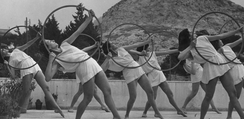 May 1947:  Modern Greek dancers interpreting traditional Grecian dancing with hoops which symbolise the Olympics.  (Photo by Chris Ware/Keystone Features/Getty Images)