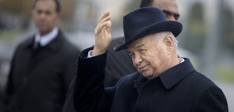 Uzbek President Islam Karimov gestures after greeting US Secretary of State John Kerry at Samarkand Airport on November 1, 2015 in Samarkand. Kerry is in the region as he visits 5 Central Asian nations. AFP PHOTO/POOL/BRENDAN SMIALOWSKI        (Photo credit should read )