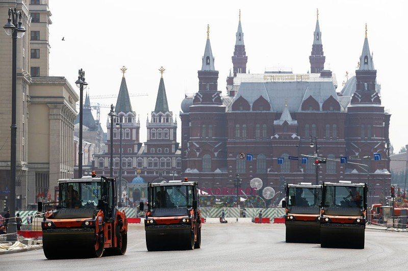 MOSCOW, RUSSIA - JULY 24, 2016: Asphalt laying works are carried out on a section of Tverskaya Street from Mokhovaya Street to Boulevard Ring. Mikhail Japaridze/TASS (Photo by Mikhail JaparidzeTASS via Getty Images)