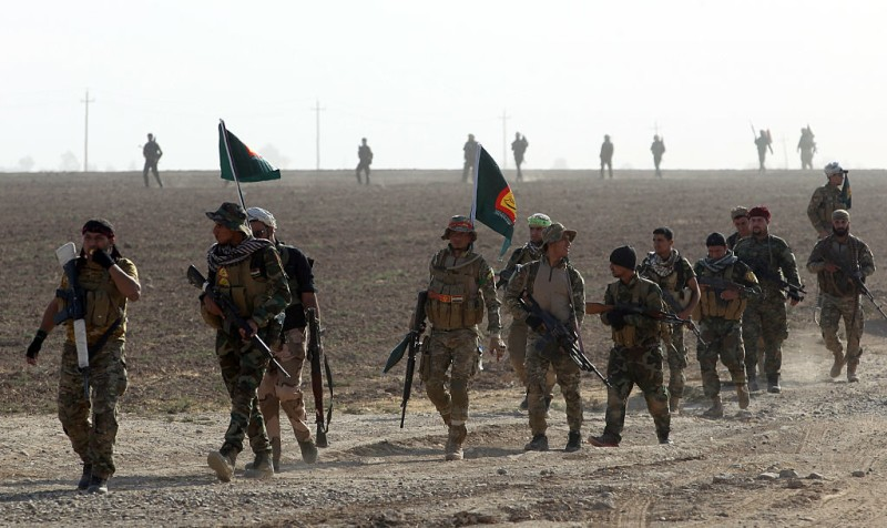 Shiite fighters from the Hashed al-Shaabi (Popular Mobilisation) advance towards the village of Salmani, south of Mosul, on October 30, 2016 during the ongoing battle against Islamic State group jihadists to liberate the city of Mosul. Iraqi paramilitary forces said they had captured several villages southwest of Mosul from the Islamic State group on Sunday, the second day of an operation to cut the jihadists' supply lines. / AFP / AHMAD AL-RUBAYE        (Photo credit should read AHMAD AL-RUBAYE/AFP/Getty Images)