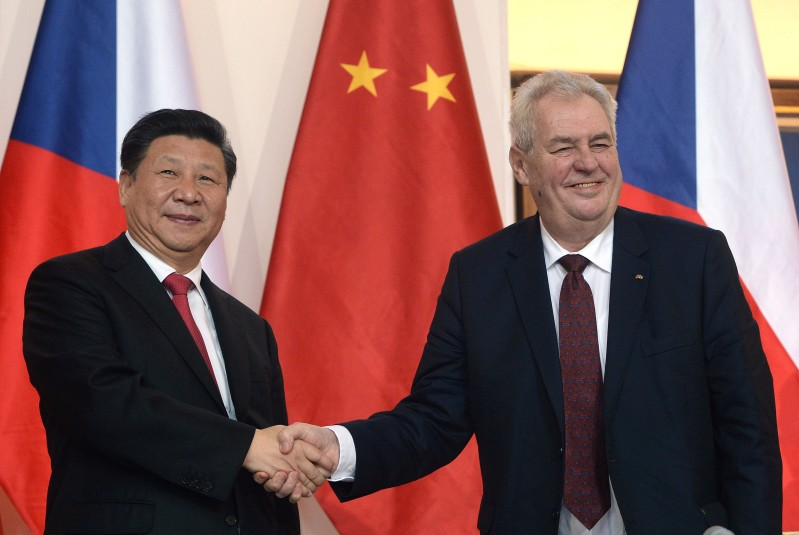 Chinese President Xi Jinping (L) shakes hand with Czech President Milos Zeman on March 29, 2016, in Prague. / AFP / Michal Cizek        (Photo credit should read MICHAL CIZEK/AFP/Getty Images)
