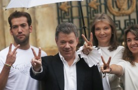 BOGOTA, COLOMBIA - OCTOBER 02:  Colombia's President Juan Manuel Santos (C) makes the victory/peace sign with son Martin Santos (L), wife Maria Clemencia Rodriguez (2nd R) and daughter Maria Antonia Santos (R) after voting in the referendum on a peace accord to end the 52-year-old guerrilla war between the FARC and the state on October 2, 2016 in Bogota, Colombia. The guerrilla war is the longest-running armed conflict in the Americas and has left 220,000 dead. The plan calls for a disarmament and re-integration of most of the estimated 7,000 FARC fighters.  (Photo by Mario Tama/Getty Images)