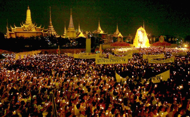 Bangkok, THAILAND:  Ten thousands of Thais gather to take part in a candle-lighting ceremony of the celebrates 79th birthday of King Bhumibol Adulyadej near Grand palace in Bangkok, 05 December 2006. Bangkok was awash with royal yellow and the streets flickered with candlelight as tens of thousands of Thais paid tribute to their beloved King Bhumibol Adulyadej on his 79th birthday.  AFP PHOTO/STR  (Photo credit should read STR/AFP/Getty Images)