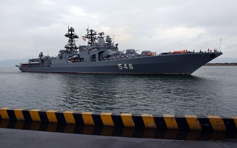 Russian navy destroyer Admiral Panteleyev prepares to anchor at Tien Sa port in the central coastal city of Da Nang on July 31, 2015.  Three Russian Navy's vessels, including the SB-522 tugboat and tanker Penchega with 482 sailors aboard began a three-day port of call.     AFP PHOTO /  Vietnam News Agency        (Photo credit should read Vietnam News Agency/AFP/Getty Images)