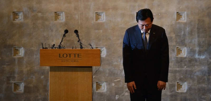 "Lotte group chairman Shin Dong-Bin bows in apology during a press conference at the Lotte hotel in Seoul on August 11, 2015. The head of South Korea's retail and hotel giant Lotte Group vowed a sweeping reform with corporate governance, apologizing over a bitter family feud engufling the business conglomerate. The apology comes as the Lotte Group faces mounting attacks from news media and activists over its corporate governance and ""greed"". Squabbles for control of South Korea's family-run conglomerates, known as ""chaebol"", have long been staple plotline fare for the country's popular K-dramas, but the real-life Lotte dispute is setting new standards for in-fighting and intrigue. AFP PHOTO / Ed Jones        (Photo credit should read ED JONES/AFP/Getty Images)"