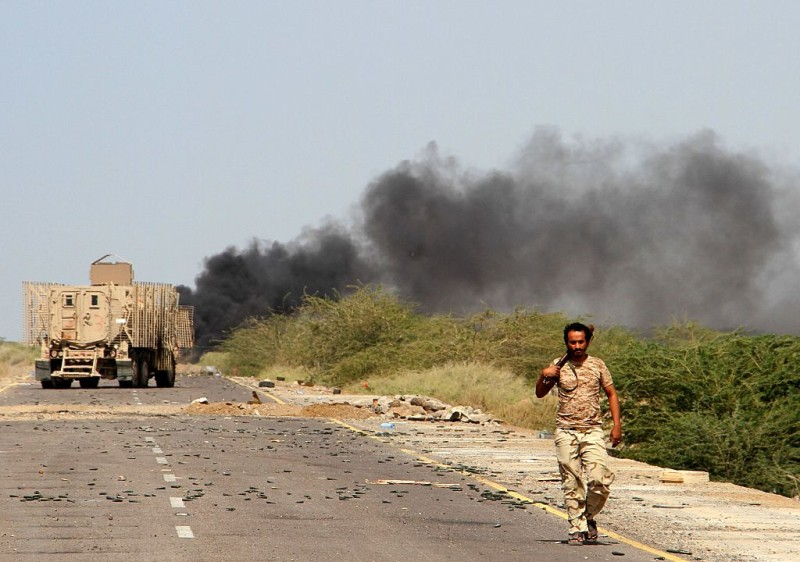 Yemeni loyalist forces patrol a highway near the Red Sea port town of Mocha on January 20, 2017. / AFP / SALEH AL-OBEIDI        (Photo credit should read SALEH AL-OBEIDI/AFP/Getty Images)