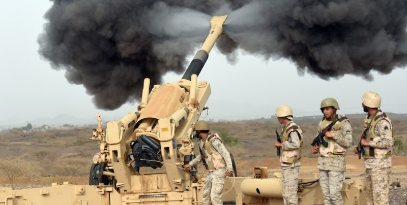 Saudi army artillery fire shells towards Yemen from a post close to the Saudi-Yemeni border, in southwestern Saudi Arabia, on April 13, 2015 . Saudi Arabia is leading a coalition of several Arab countries which since March 26 has carried out air strikes against the Shiite Huthis rebels, who overran the capital Sanaa in September and have expanded to other parts of Yemen. AFP PHOTO / FAYEZ NURELDINE        (Photo credit should read )