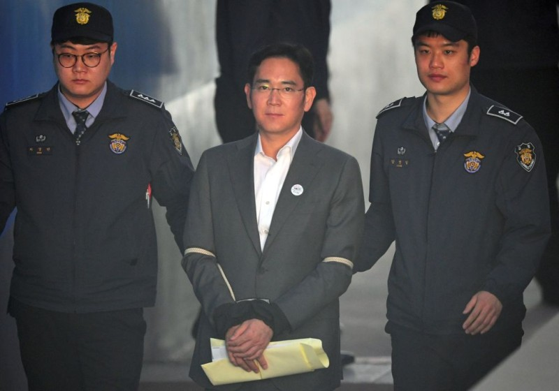 Lee Jae-Yong (C), the vice-chairman of Samsung Electronics, is escorted by prison guards as he arrives at the Seoul Central District Court for his trial in Seoul on April 13, 2017.  Samsung heir Lee Jae-Yong attended second trial appearance over involvement in a corruption scandal that led to the ouster of former South Korean president Park Geun-Hye. / AFP PHOTO / JUNG Yeon-Je        (Photo credit should read JUNG YEON-JE/AFP/Getty Images)