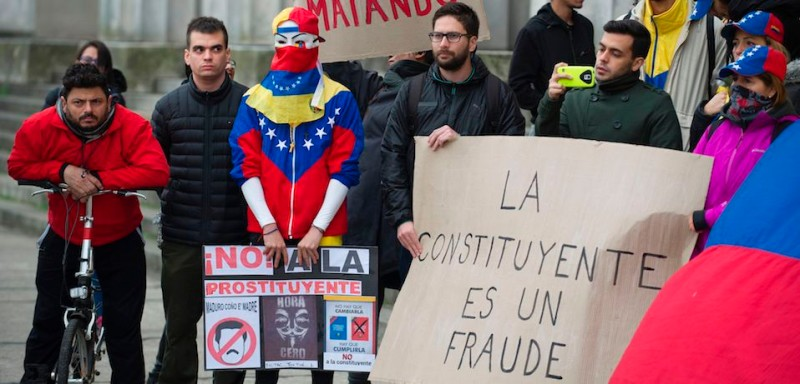 """Members of the Venezuelan community in Argentina protest against the election for a """"Constituent Assembly"""", in Buenos Aires on July 30, 2017 as Venezuela holds  A controversial vote in Venezuela championed by beleaguered President Nicolas Maduro sparked an escalation of deadly violence, with half a dozen people reported killed and troops and protesters attacking each other in Caracas and elsewhere. / AFP PHOTO / ALEJANDRO PAGNI        (Photo credit should read ALEJANDRO PAGNI/AFP/Getty Images)"""