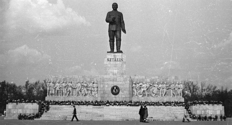 2048px-Sztálin_szobor_Budapestcrop