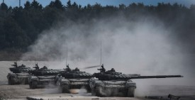 "Russian T-90 tanks take position before firing in Kubinka Patriot Park outside Moscow on August 22, 2017 during the first day of the ""Army 2017"" International Military-Technical Forum. / AFP PHOTO / Alexander NEMENOV        (Photo credit should read ALEXANDER NEMENOV/AFP/Getty Images)"