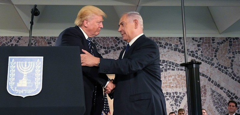 US President Donald Trump (L) shakes hands with Israeli Prime Minister Benjamin Netanyahu at the podium at the Israel Museum in Jerusalem on May 23, 2017. / AFP PHOTO / MANDEL NGAN        (Photo credit should read MANDEL NGAN/AFP/Getty Images)
