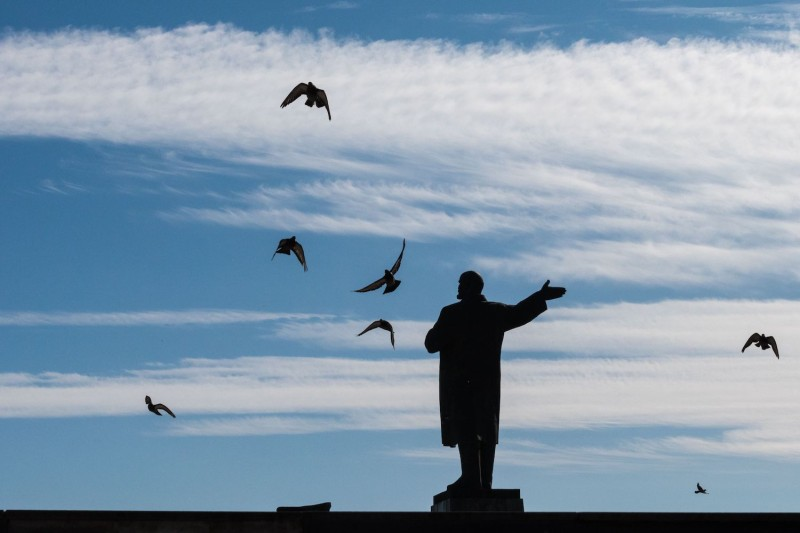 A photograph taken on Sept. 19, shows some birds flying around a monument to the founder of the Soviet Union Vladimir Lenin in Nizhny Novgorod.(Francois Xavier Marit/AFP/Getty Images)