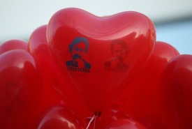 """Red balloons in the shape of a heart that read: """"Free Deniz"""" in reference to Deniz Yucel, a German-Turkish journalist imprisoned in Turkey. (Sean Gallup/Getty Images)"""