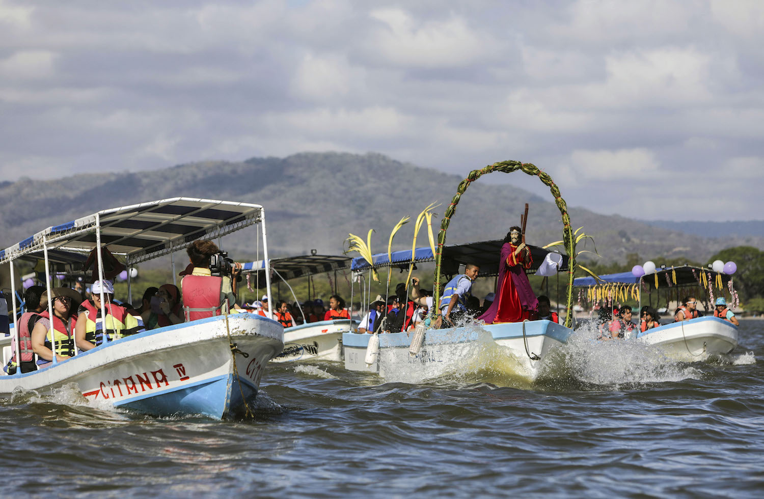 Catholic faithful take part in the aquatic Via Crucis, in Cocibolca lake, Granada some 48 kilometres from Managua, on March 26, 2018. The aquatic Via Crucis is carried out on boats between the islets of the Nicaragua -Cocibolca- lake. / AFP PHOTO / INTI OCON        (Photo credit should read INTI OCON/AFP/Getty Images)