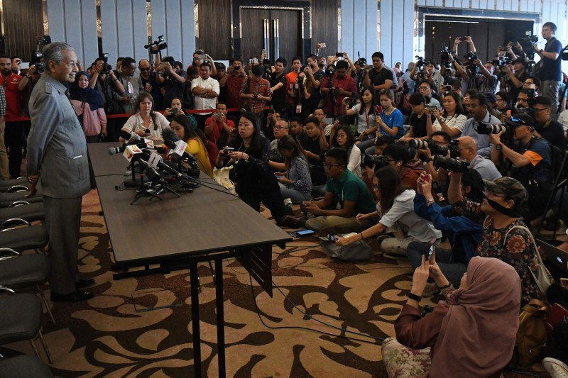 Former Malaysian prime minister and winning opposition candidate Mahathir Mohamad (L) speaks to journalists during a press conference in Kuala Lumpur on May 10, 2018. (ROSLAN RAHMAN/AFP/Getty Images)