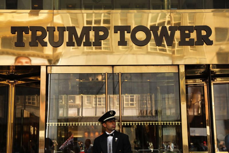 A guard stands outside Trump Tower on Aug. 24, 2018, in New York City. (Spencer Platt/Getty Images)
