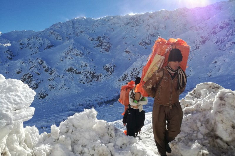 Kolbars carrying smuggled goods return from Iraq down the Kuh-e Takht mountain in Iran on Dec. 12, 2018. (Sergio Colombo and Andrea Prada Bianchi for Foreign Policy)