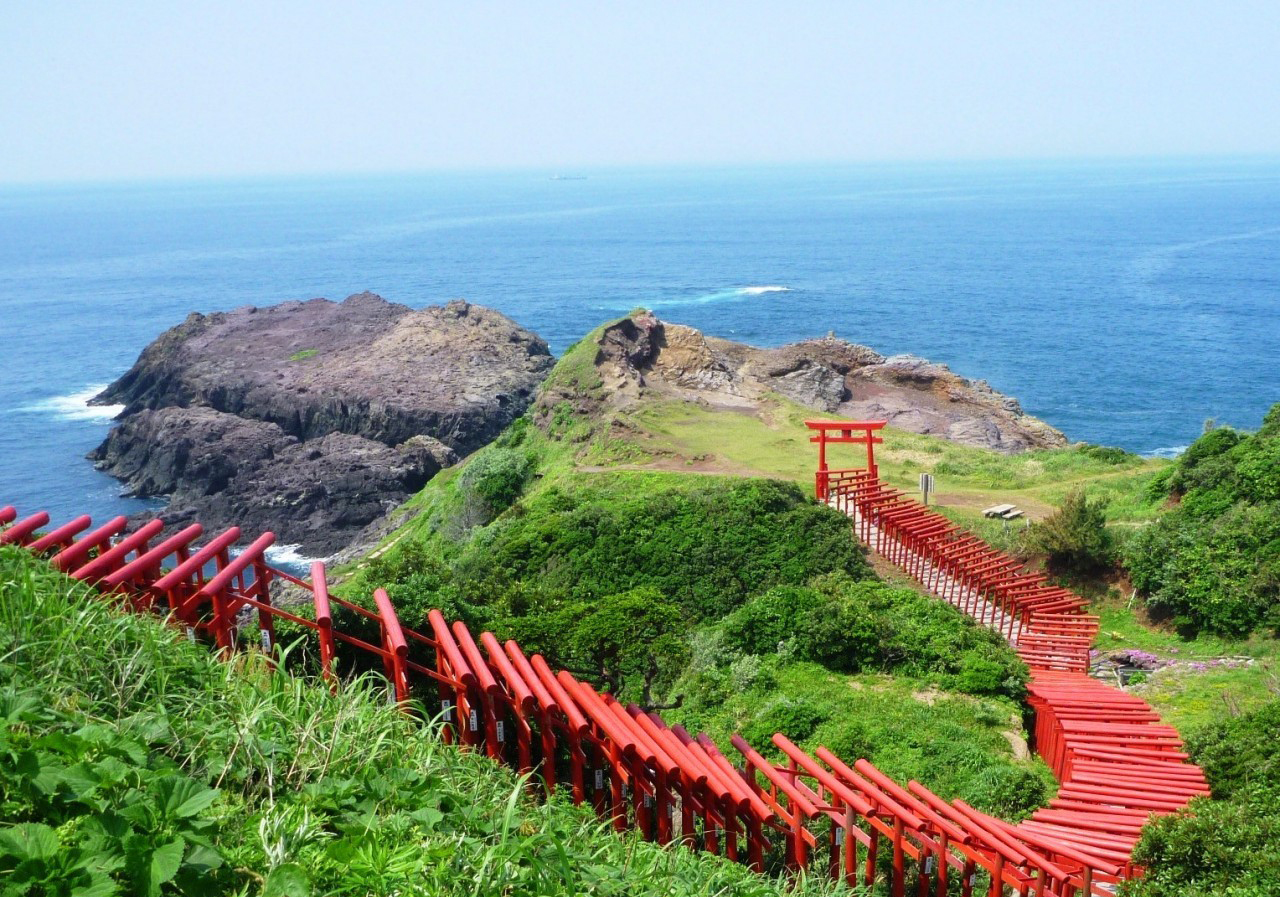 Motonosumi-inari Shrine has 123 shrine gates facing the Sea of Japan. (JNTO)