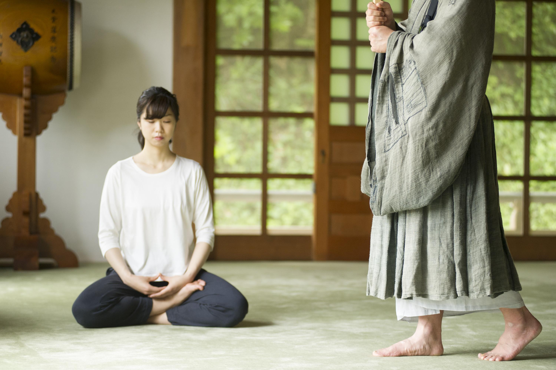 A woman practices zazen, a popular meditation practice throughout Japan. (TOKOZENJI/JNTO)