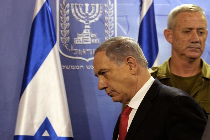 Israel Prime Minister Benjamin Netanyahu (L) and then-army chief of staff Benny Gantz during a press conference at the Defense Ministry in Tel Aviv on July 28, 2014.