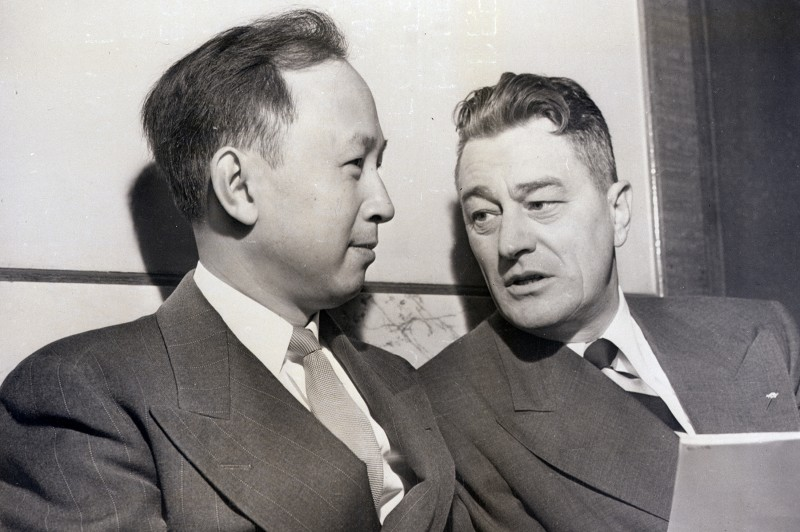 Hsue-Shen Tsien, left, confers with his lawyer, Grant B. Cooper, during his deportation hearing on Nov. 16, 1950. (Bettmann Archive/Getty Images)