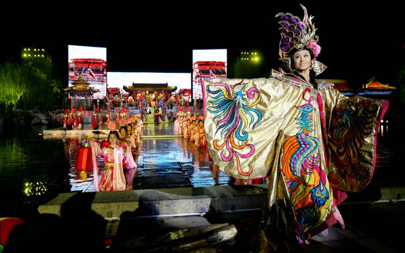 "Artists perform ""Song of the Everlasting Sorrow"" at the ancient Huaqing Palace on March 29, 2008 in Xian, China. (Photo by China Photos/Getty Images)"