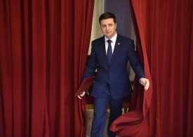 Ukrainian presidential candidate Volodymyr Zelensky enters a hall in Kiev on March 6, 2019. (Sergei Supinsky/AFP/Getty Images)