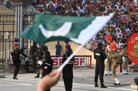 Pakistani Rangers and Indian Border Security Force personnel perform during a flag lowering ceremony at the Wagah border area between Pakistan and India in eastern Pakistan's Lahore on March 30, 2019. (AAMIR QURESHI / AFP)