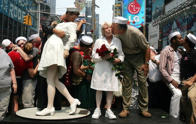Carl Muscarello and Edith Shain, who claim to be the nurse and sailor in the famous photograph taken on V-J Day, kiss next to a sculpture based on the photograph in Times Square to commemorate the 60th anniversary of the end of World War II on Aug. 14, 2005 in New York City. (Mario Tama/Getty Images)