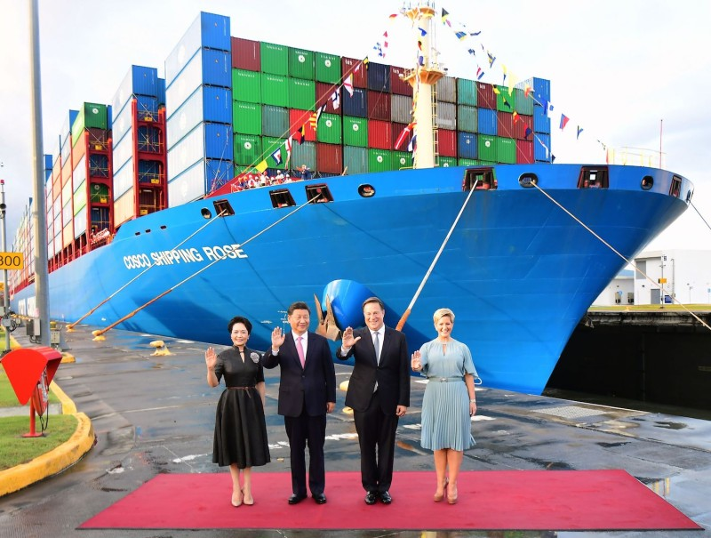 China's President Xi Jinping (second from left) and Panama's Juan Carlos Varela (second from right) wave flanked by first ladies Peng Liyuan (left) and Lorena Castillo (right) at the newly inaugurated Cocoli locks in the Panama Canal, on Dec. 3, 2018.