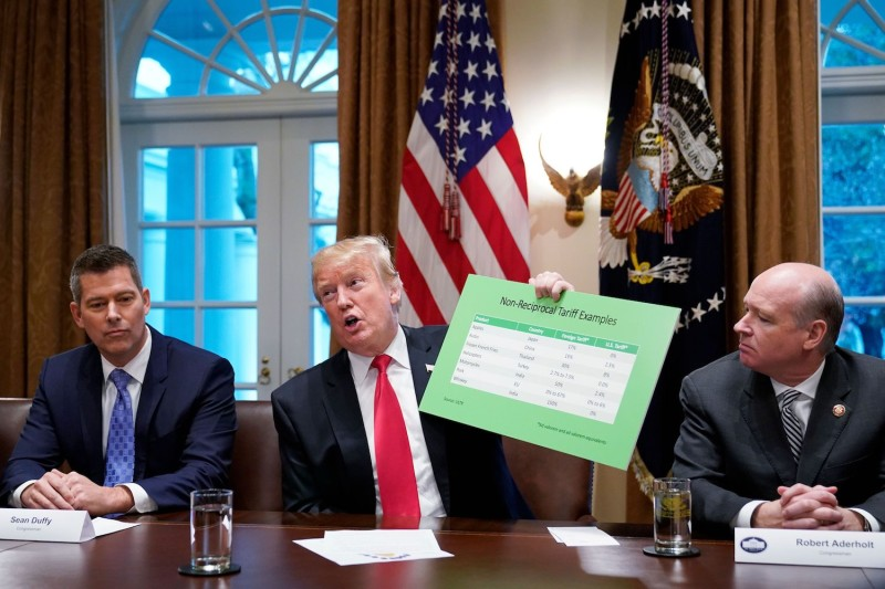 U.S. President Donald Trump discusses tariffs with Congressmen Sean Duffy, left, and Robert Aderholt in the White House on Jan. 24.
