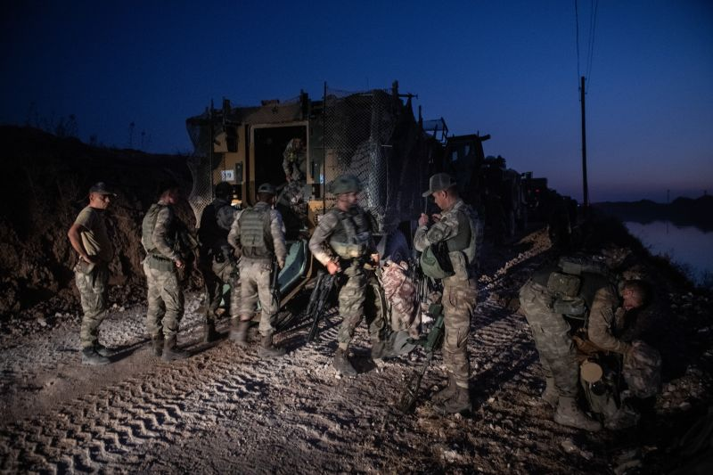 Turkish infantry prepare to enter Syria on the border between Turkey and Syria.