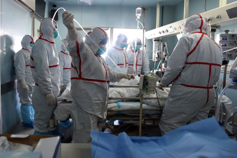 A H7N9 bird flu patient is treated in a hospital in Wuhan, in central China's Hubei province, on Feb. 12, 2017.