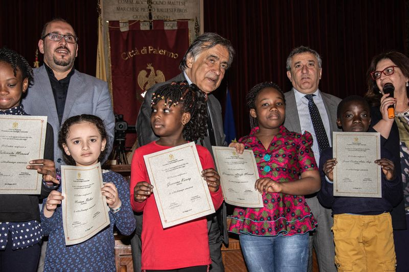 Leoluca Orlandoconfers honorary citizenship on foreign students