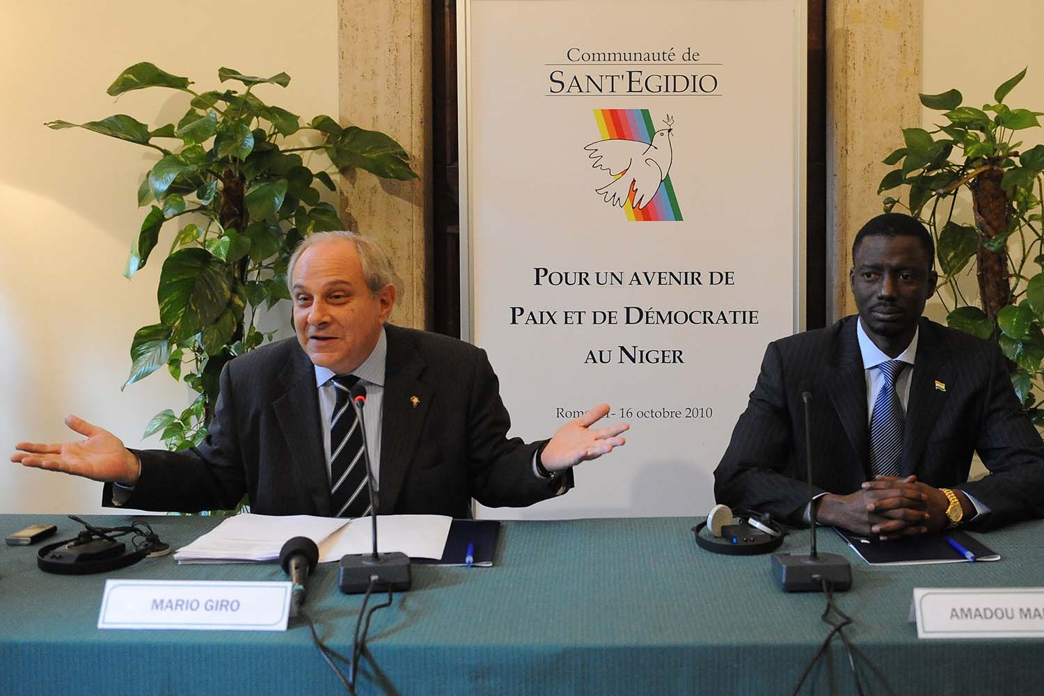 Italy's Mario Giro, left, and Amadou Marou, the leader of the Niger's Consultative Council hold a news conference in Rome on Oct. 15, 2010.