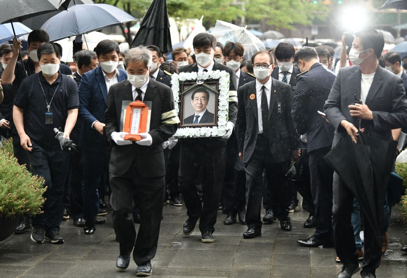 Mourners carry a portrait of late Seoul Mayor Park Won-soon during his funeral service at Seoul City Hall on July 13.